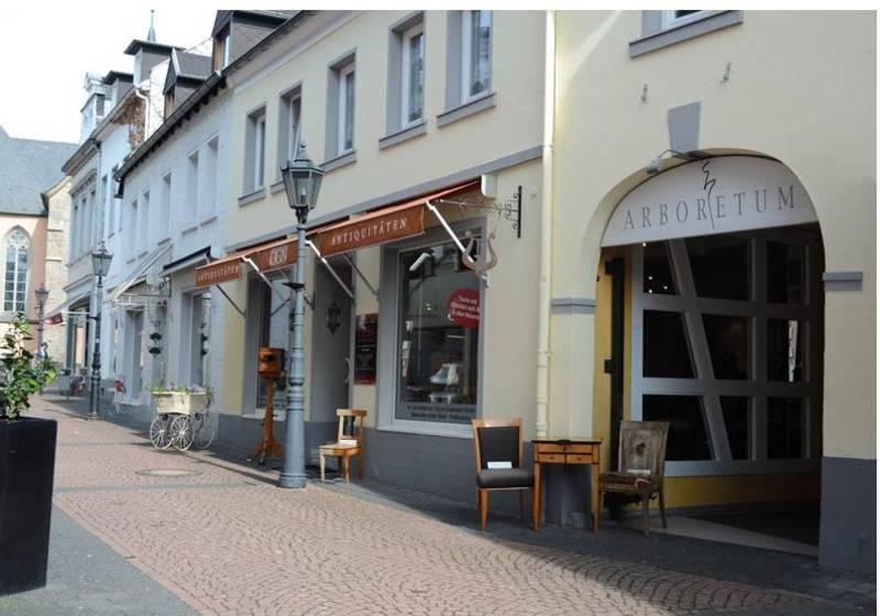 Antiquitten dsseldorf finest schner antiker stuhl mit for Kommode ida 03
